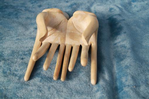 Gebende Hände aus Holz